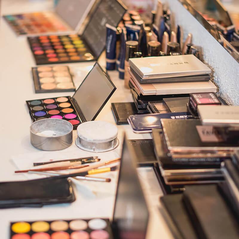 Naručite online pribor i proizvode potrebne za Šminkanje za osobne potrebe